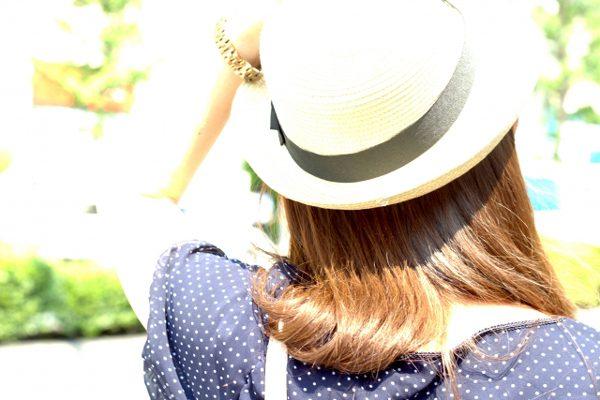 日差しに帽子
