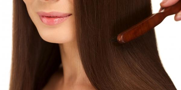 髪のブラッシングの役割と重要性