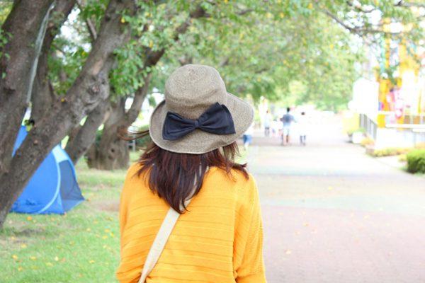つばの大きい帽子