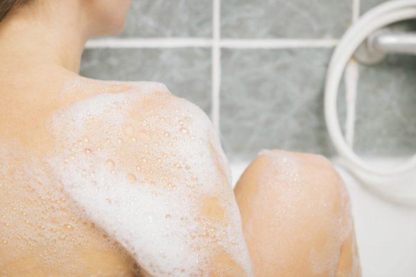 背中を洗う
